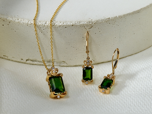 Chrome Diopside Emerald Cut Yellow Gold Pendant and Matching Earrings With Diamond Details
