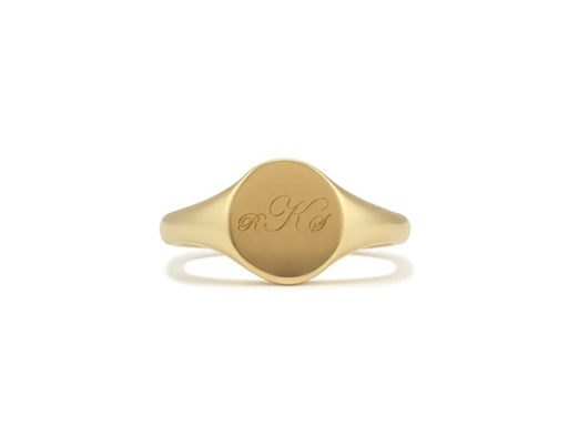 Enrgavable signet ring in yellow gold.